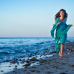 Pige løber på stranden