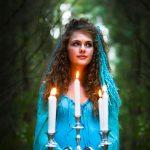 Pige bærer lys i en skov