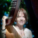 Kvinde spiller harpe