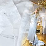 Sanger i hvid kjole