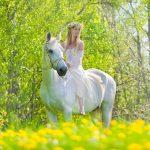 pige til hest på en mark