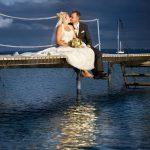 Brudepar på en badebro