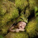 Sovende baby I mos