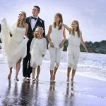 Bryllupsbillede med hele familien, far, mor og tre døtre