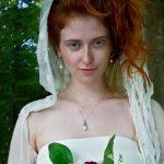 Piger en skov med tørklæde og blomster