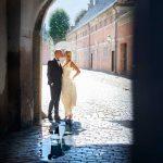 Brudepar posere i buegang ved Frederiksborg Slot