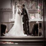 Klassiske romantiske brudepar ved alteret