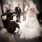 Bruden gøres klar inden indgangen til kirken