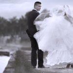 Brudepar på stierne omkring Frederiksborg Slotssø