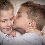 bror kysser søster på kinden