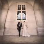 Brudepar står pad mur
