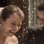 Brudepar får ris kastet efter sig ved udgangen af kirken