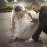 Brudepar tegner med kridt på asfalten