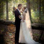 Lykkeligt brudepar i en skov i naturen