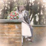 Brudebuket i forgrunden, brudepar i baggrundenFå en komplet bryllupsfotografering, hvor i bare skal nyde jeres dag. Book Suzanne Eghoff, prisvindende bryllupsfotograf i Hillerød Nordsjælland, tæt ved København