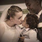 Brudepar med deres barn på bryllupsdagen.