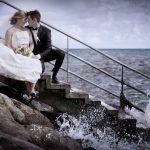 Brudepar på en trappe ved vandet