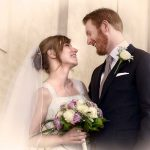Brudepar kigger elskeligt på hinanden