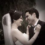Brudepar i omfavnelse